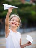 Meisje het spelen document vliegtuigen Royalty-vrije Stock Afbeeldingen