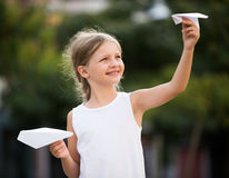 Meisje het spelen document vliegtuigen Royalty-vrije Stock Fotografie