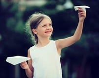 Meisje het spelen document vliegtuigen Royalty-vrije Stock Afbeelding