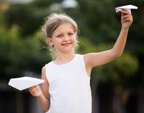 Meisje het spelen document vliegtuigen Stock Foto