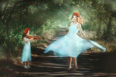 Meisje het spelen en vrouw het dansen stock afbeeldingen