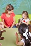 Meisje het spelen fluit in een musical Stock Afbeelding