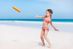 Meisje het spelen frisbee royalty-vrije stock afbeelding