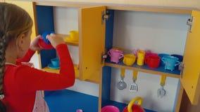 Meisje het spelen in het koken van voedsel stock footage