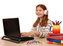 Meisje het spelen laptop en het luisteren muziek royalty-vrije stock foto
