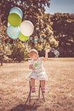 Meisje het spelen met ballons en bellen stock afbeeldingen