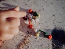Meisje het spelen met bommen, kleurrijke voetzoekers royalty-vrije stock foto's