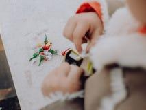 Meisje het spelen met bommen, kleurrijke voetzoekers stock foto