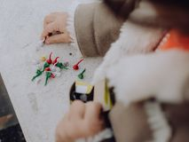 Meisje het spelen met bommen, kleurrijke voetzoekers royalty-vrije stock afbeeldingen