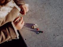 Meisje het spelen met bommen, kleurrijke voetzoekers royalty-vrije stock foto
