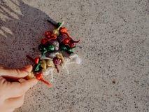 Meisje het spelen met bommen, kleurrijke voetzoekers stock afbeelding