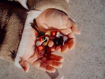 Meisje het spelen met bommen, kleurrijke voetzoekers royalty-vrije stock fotografie