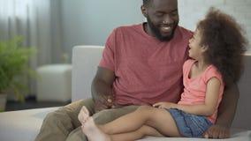 Meisje het spelen met de neus van de papa, verbinding tussen kinderen en ouders stock footage