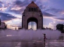 Meisje het spelen met de waterfontein voor Monument aan de Mexicaanse Revolutie - Mexico-City, Mexico Royalty-vrije Stock Foto