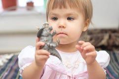 Meisje het spelen met dinosaurusstuk speelgoed royalty-vrije stock afbeeldingen