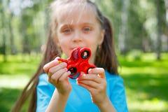 Meisje het spelen met friemelt spinner stock afbeeldingen