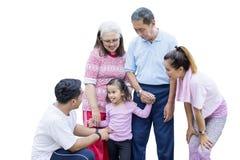 Meisje het spelen met haar familie op studio royalty-vrije stock afbeelding