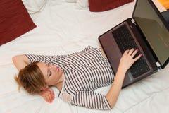 Meisje het Spelen met haar Laptop stock foto