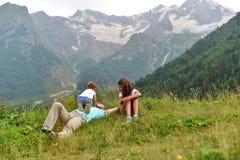 Meisje het spelen met haar papa op het groene gras royalty-vrije stock foto's