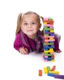 Meisje het spelen met het houten spel Stock Foto