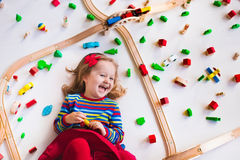 Meisje het spelen met houten treinen royalty-vrije stock afbeelding