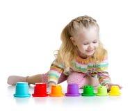 Meisje het spelen met kleurenspeelgoed Royalty-vrije Stock Foto's