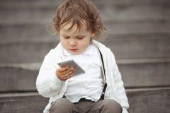 Meisje het spelen met mobiele telefoon Royalty-vrije Stock Afbeelding