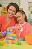 Meisje het spelen met moeder Stock Afbeelding