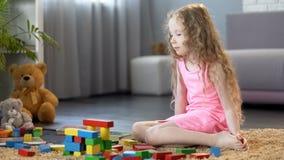 Meisje het spelen met onderwijsstuk speelgoed blokken, vroege ontwikkelingsschool royalty-vrije stock foto's