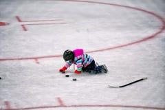Meisje het spelen met pucks in hockeypiste royalty-vrije stock foto's