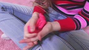 Meisje het spelen met roze slijm stock videobeelden