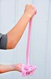 Meisje het spelen met roze slijm stock afbeelding