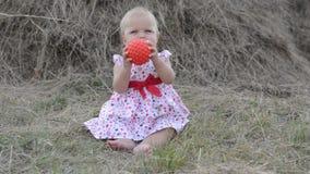 Meisje het spelen met speelgoed op het gras stock videobeelden