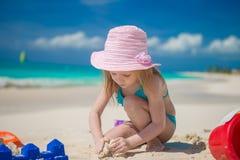 Meisje het spelen met strandspeelgoed tijdens stock foto's