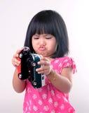 Meisje het spelen met stuk speelgoed auto's royalty-vrije stock foto's