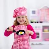 Meisje het spelen met stuk speelgoed keuken Royalty-vrije Stock Afbeeldingen