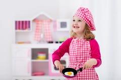 Meisje het spelen met stuk speelgoed keuken Stock Afbeeldingen