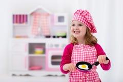 Meisje het spelen met stuk speelgoed keuken Royalty-vrije Stock Foto