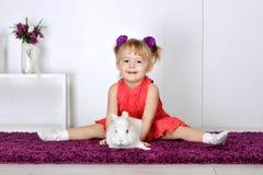 Meisje het spelen met wit konijn royalty-vrije stock afbeelding