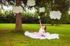 Meisje het spelen met wolken royalty-vrije stock foto
