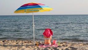 Meisje het spelen met zand stock footage
