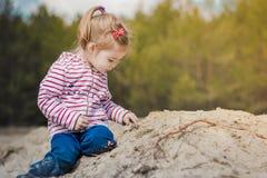 Meisje het spelen met zand in het bos Stock Afbeeldingen