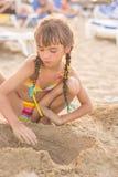 Meisje het spelen met zand op het strand Royalty-vrije Stock Foto