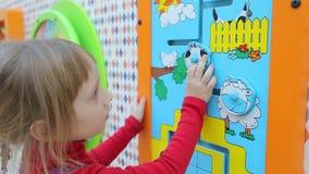 Meisje het spelen in onderwijs intellectuele spelen stock video