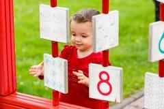 Meisje het spelen op de speelplaats Stock Foto's