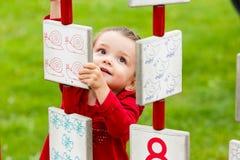 Meisje het spelen op de speelplaats Stock Afbeeldingen
