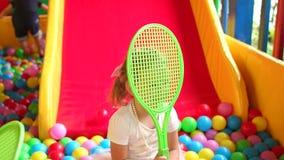Meisje het spelen op de Speelplaats met racket stock videobeelden