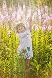 Meisje het spelen op een gebied van bloemen royalty-vrije stock foto