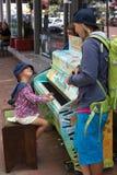 Meisje het spelen op een straatpiano royalty-vrije stock fotografie