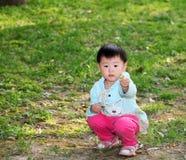 Meisje het spelen op het gras Royalty-vrije Stock Afbeelding